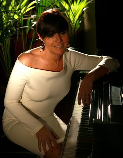 Stefania Cuneo è voce e pianoforte